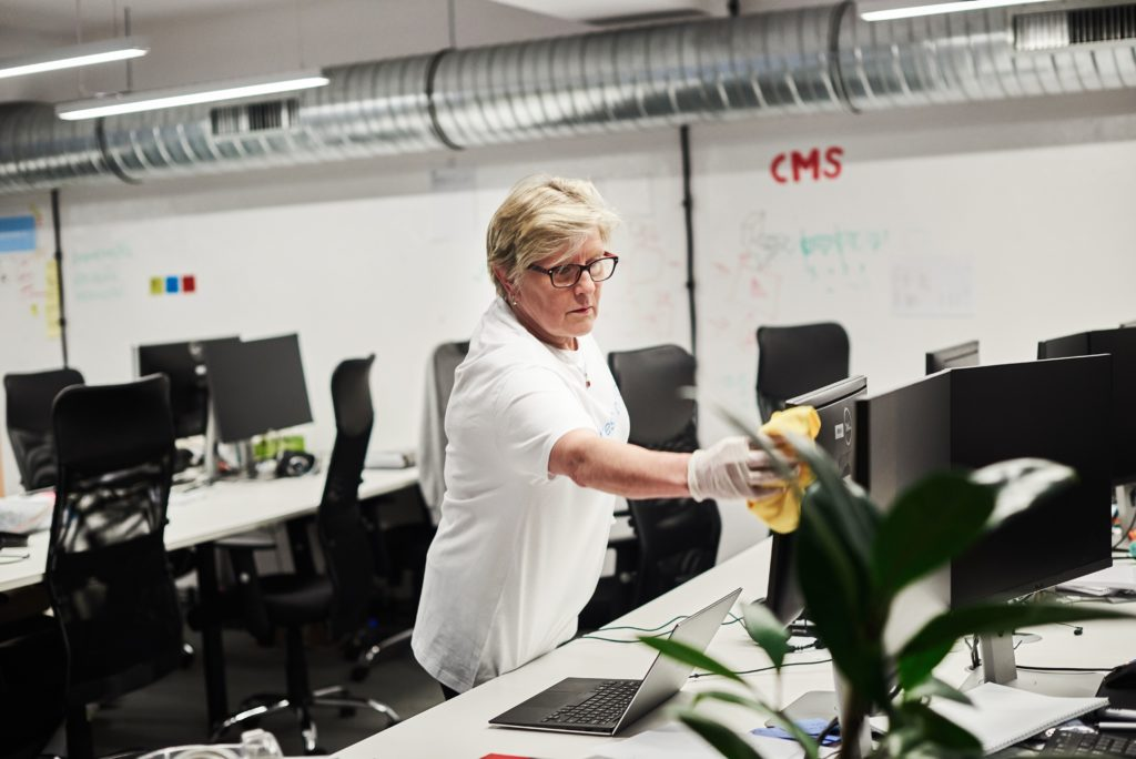jak wybrać firmę sprzątającą do biura?